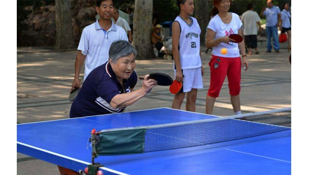 在乒乓球桌前更年轻_乒乓球一项活力的运动