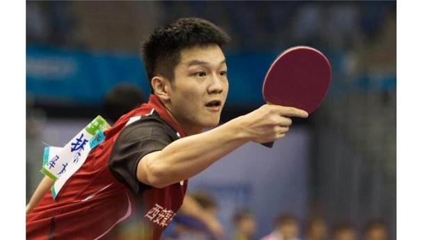 湖北省运会上二十张乒乓球台同时挥拍